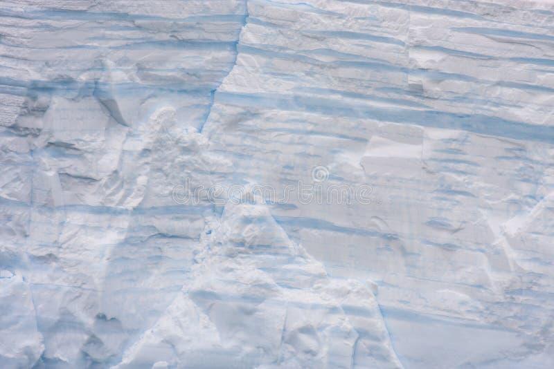 Icebergs en aguas antárticas - las líneas de un iceberg indican la edad de ella fotos de archivo libres de regalías