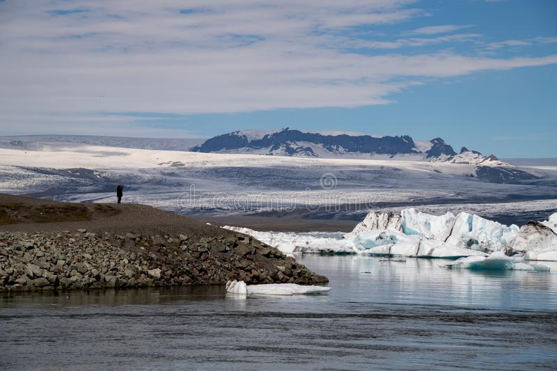 Icebergs en laguna del glaciar de Jokulsarlon Parque nacional de Vatnajokull, verano de Islandia foto de archivo libre de regalías