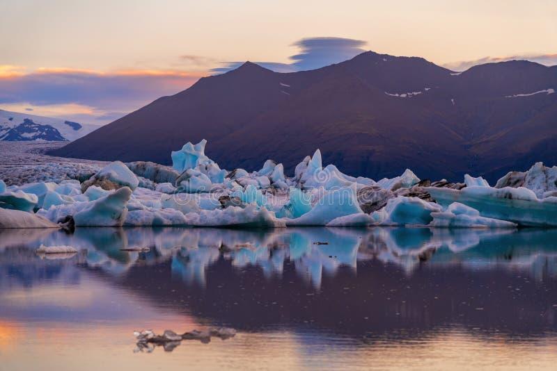 Icebergs en laguna del glaciar de Jokulsarlon Parque nacional de Vatnajokull, verano de Islandia Sol de medianoche fotografía de archivo