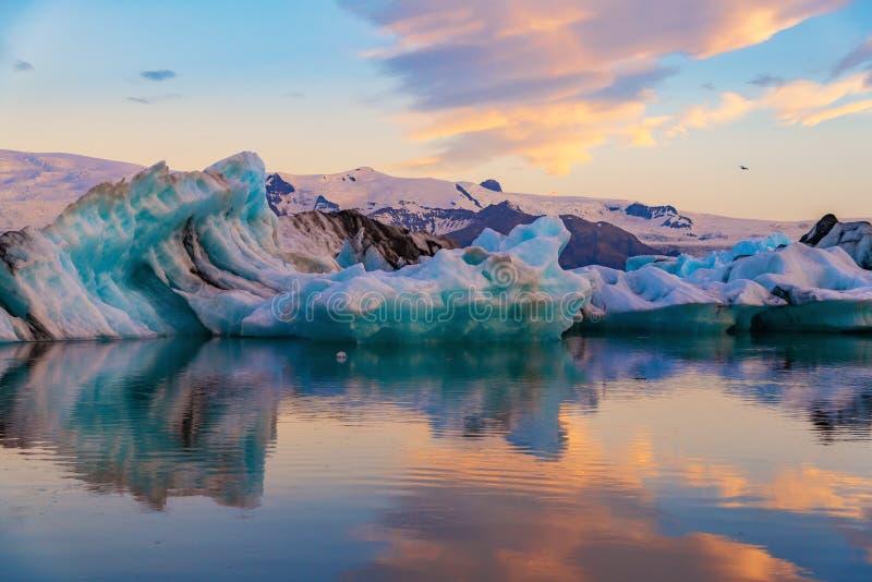Icebergs en laguna del glaciar de Jokulsarlon Parque nacional de Vatnajokull, verano de Islandia Sol de medianoche fotos de archivo