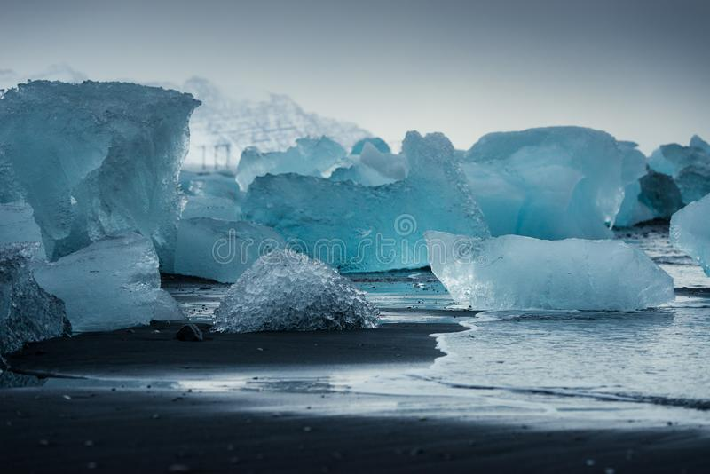 Icebergs en mer photographie stock libre de droits