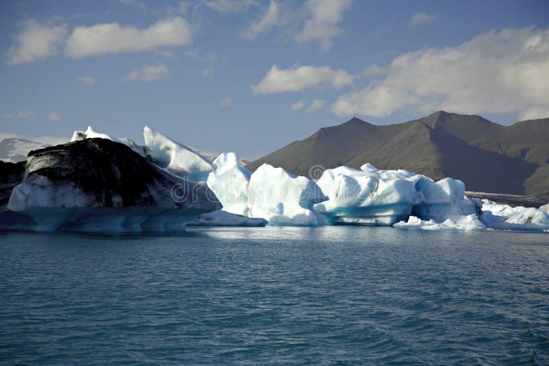 Icebergs encendidos por el sol imagen de archivo libre de regalías