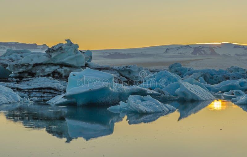 Icebergs flotantes en la laguna del glaciar de Jokulsarlon, Islandia foto de archivo