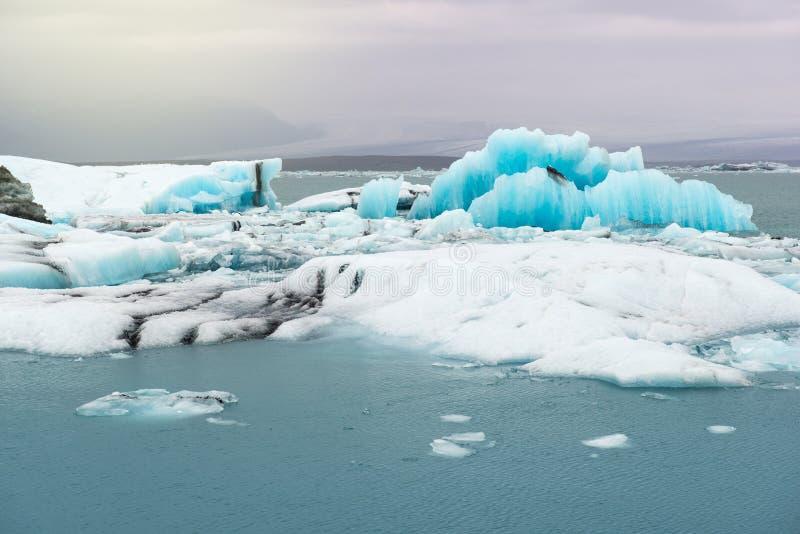 Icebergs flotantes y vista al glaciar, laguna Jokulsarlon, Islandia del hielo imagenes de archivo