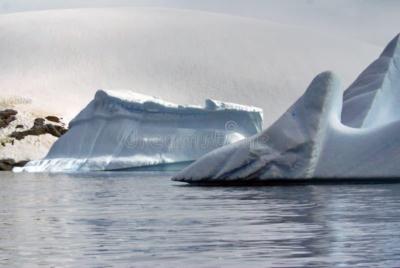 Icebergs flottant dans les mers de l'Antarctique photos stock