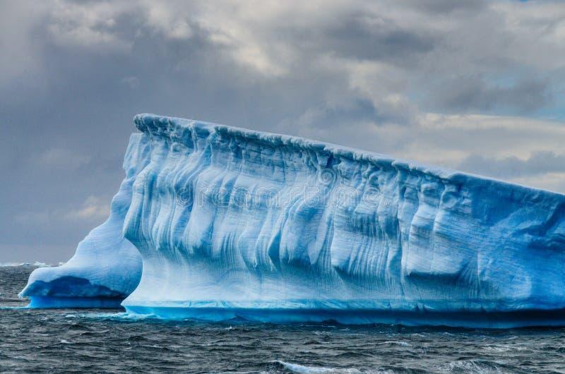Icebergs géants outre de la côte antarctique photos stock