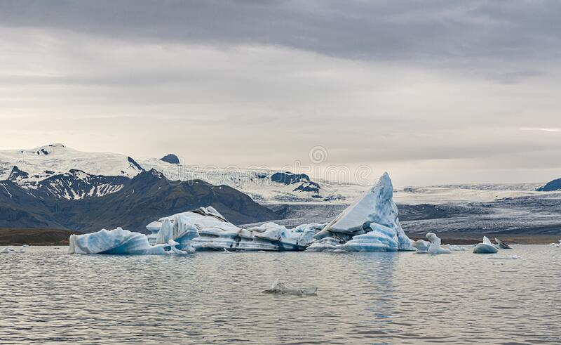 Icebergs na laguna Glacier de Jokulsarlon, Islândia imagens de stock