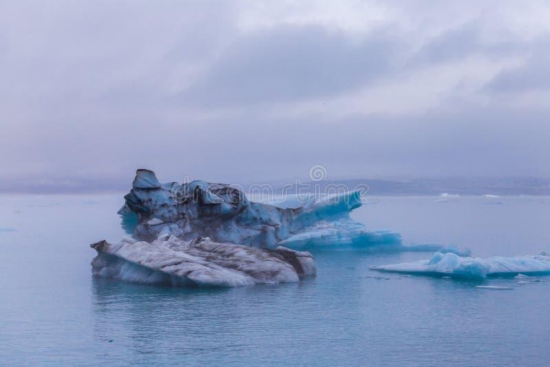 Icebergs que flotan en el lago del glaciar de Fjallsarlon en la puesta del sol Islandia del sur Cerca de la laguna de Jokulsarlon imágenes de archivo libres de regalías