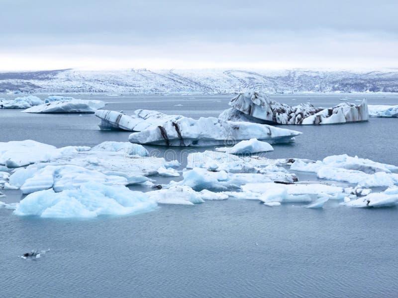 Icebergs que flotan en Jokulsarlon, Islandia foto de archivo