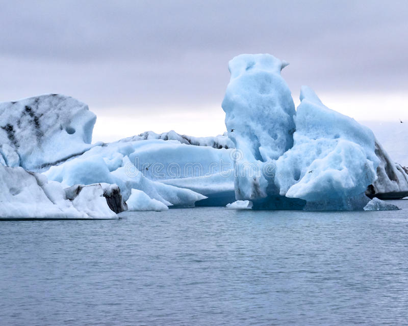 Icebergs que flotan en Jokulsarlon, Islandia foto de archivo libre de regalías