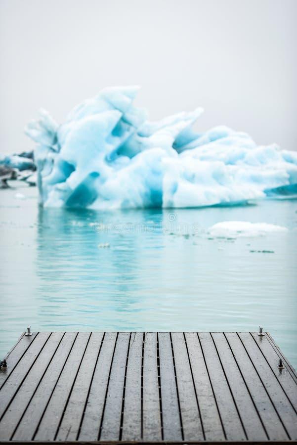 Icebergs que flotan en la laguna de Jokulsarlon en Islandia con un Br imagenes de archivo