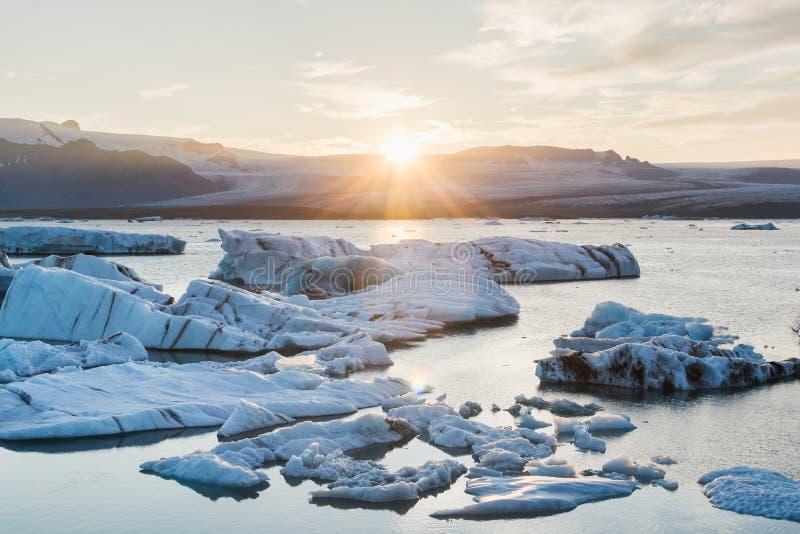 Icebergs que flotan en la laguna en la puesta del sol, Islandia de Jokulsarlon fotografía de archivo libre de regalías