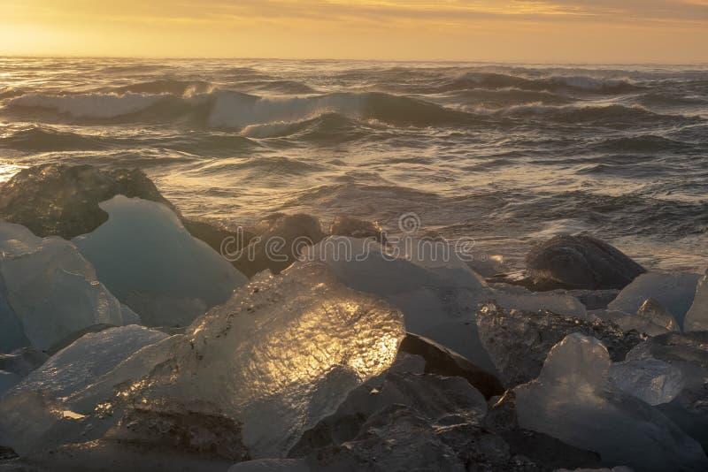 Icebergs reflétant la lumière du soleil images libres de droits
