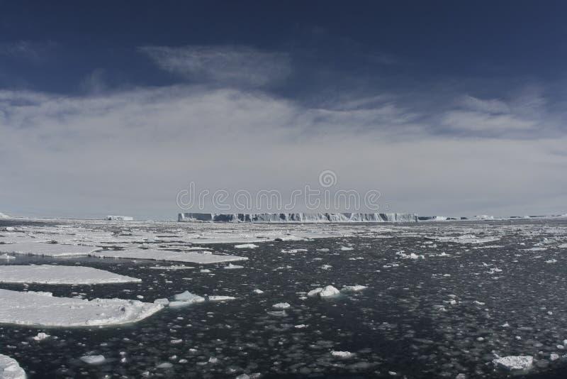 Icebergs tabulares en el océano imagen de archivo