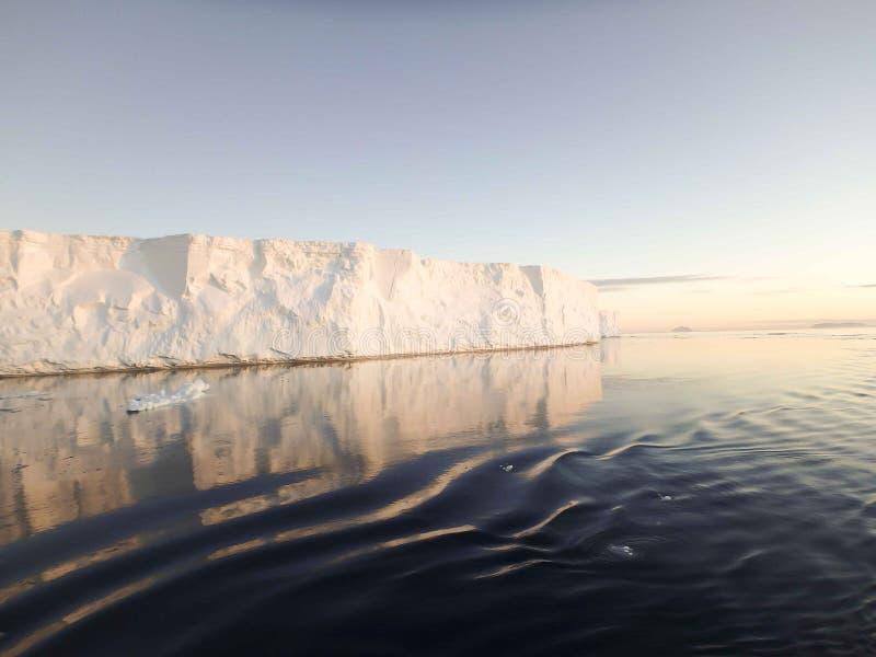 Icebergs tabulares en sonido antártico imagenes de archivo