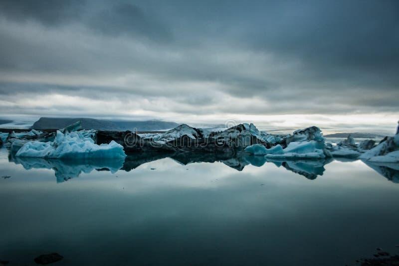 Icebergues de gelo em um lago da geleira imagem de stock royalty free