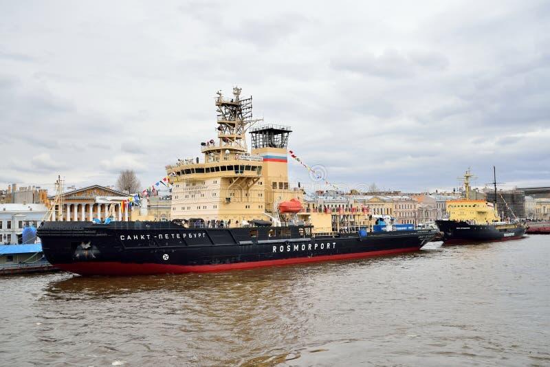 Icebreaker święty Petersburg Kruzenshtern i Ivan cumował przy obraz stock