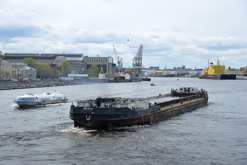 Icebreaker Kapitan Sorokin i suchego ładunku statek Nevsky-35 na rzecznym Neva w Petersburg fotografia stock