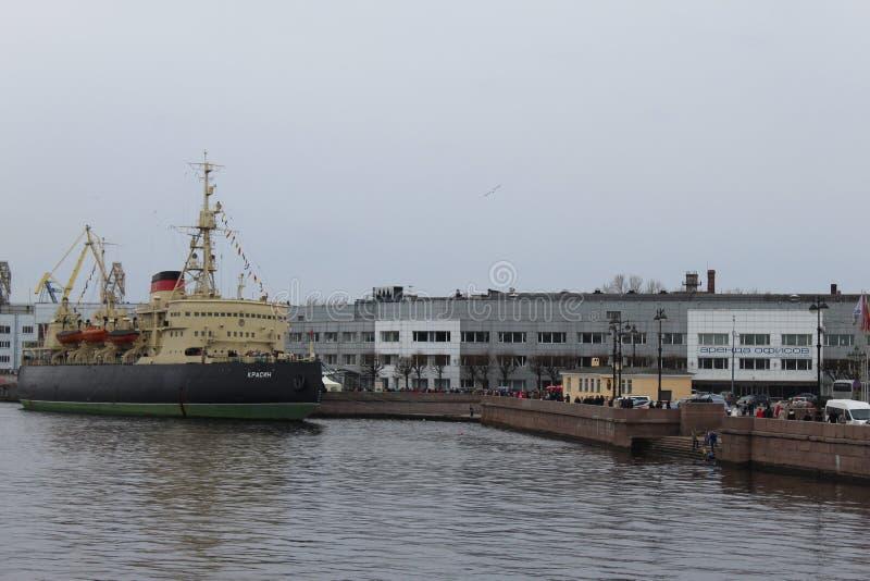 Icebreaker Krasin blisko Lieutenant Schmidt Bulwar podczas kwinty Icebreaker festiwalu w St Petersburg obraz stock