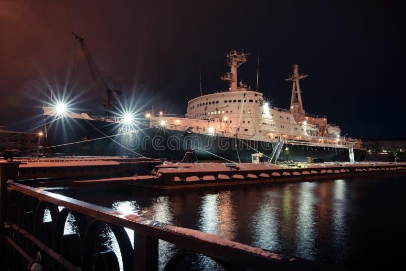 Icebreaker ` Lenin ` w Murmansk porcie w zimie przy nocą, Rosja obraz stock