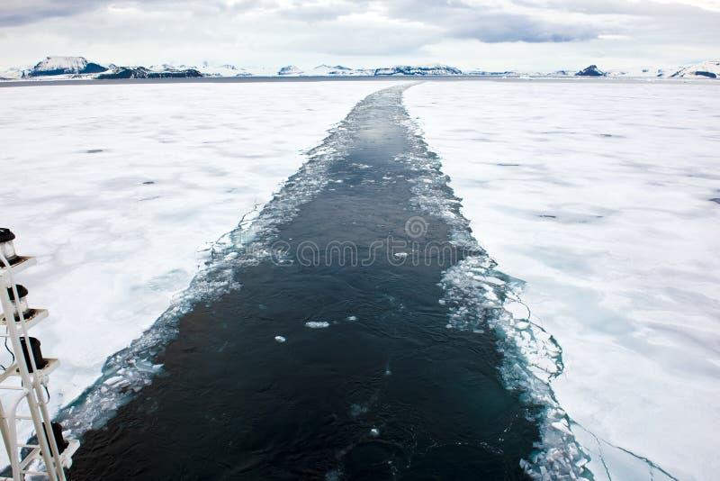 Icebreaker ontruimt een passage stock foto