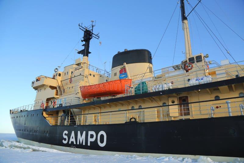 Icebreaker Sampo podczas unikalnego rejsu w zamarzniętym morzu bałtyckim obrazy stock