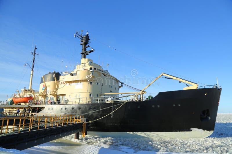 Icebreaker Sampo w schronieniu przygotowywającym dla unikalnego rejsu w zamarzniętym morzu bałtyckim Kemi zdjęcie royalty free