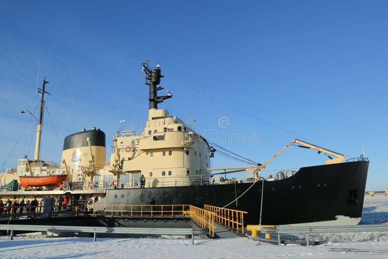 Icebreaker Sampo w schronieniu przygotowywającym dla unikalnego rejsu w zamarzniętym morzu bałtyckim Kemi obraz royalty free