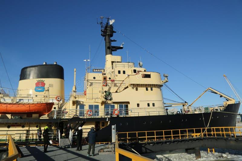 Icebreaker Sampo w schronieniu przygotowywającym dla unikalnego rejsu w zamarzniętym morzu bałtyckim Kemi fotografia stock