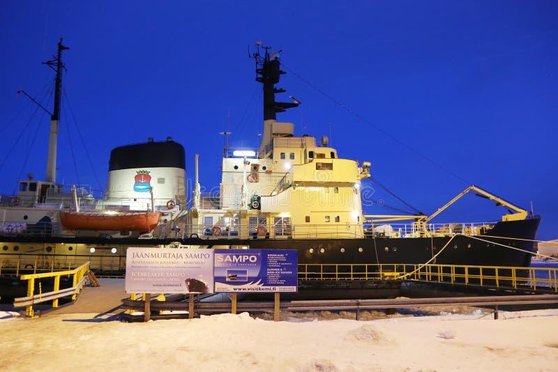 Icebreaker Sampo w schronieniu przygotowywającym dla unikalnego rejsu w zamarzniętym morzu bałtyckim Kemi obrazy royalty free