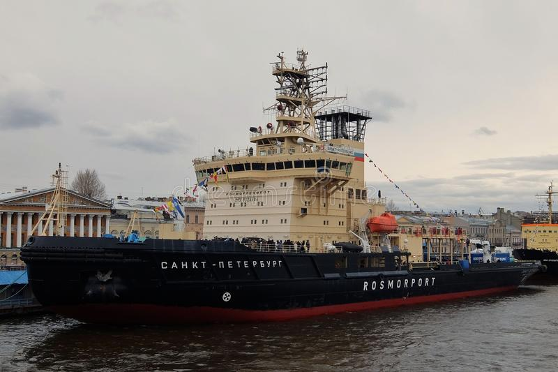 Icebreakers ` St Petersburg ` i ` Ivan Krusenstern ` przy ` bulwaru ` Angielskim molem obrazy royalty free