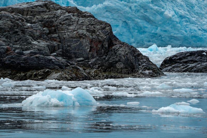 Iceburgs、冰大块和海堆积在Aialik海湾的岩层 免版税库存图片