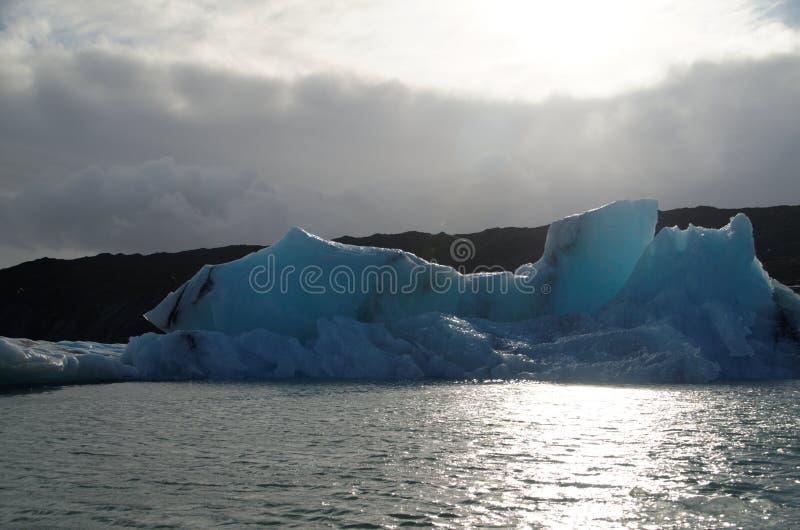 Iceburgs σε μια παγετώδη λιμνοθάλασσα στοκ εικόνα