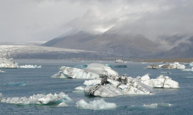 Iceburgs in einer Glazial- Lagune lizenzfreie stockfotografie