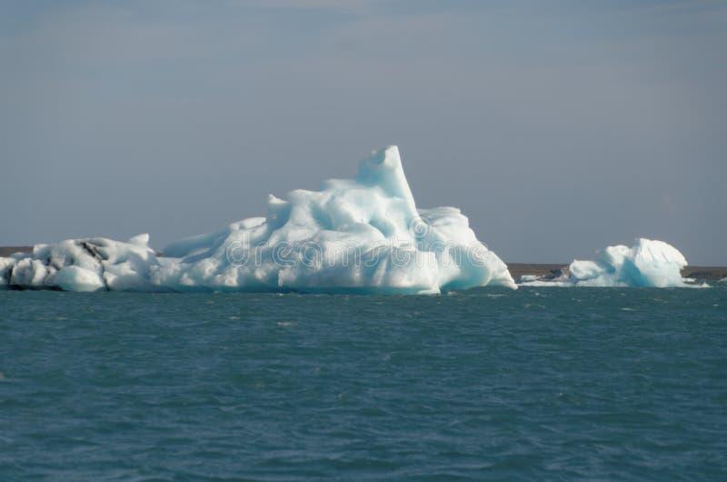 Iceburgs in einer Glazial- Lagune stockfotografie