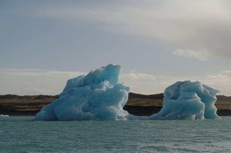 Iceburgs in einer Glazial- Lagune lizenzfreie stockfotos