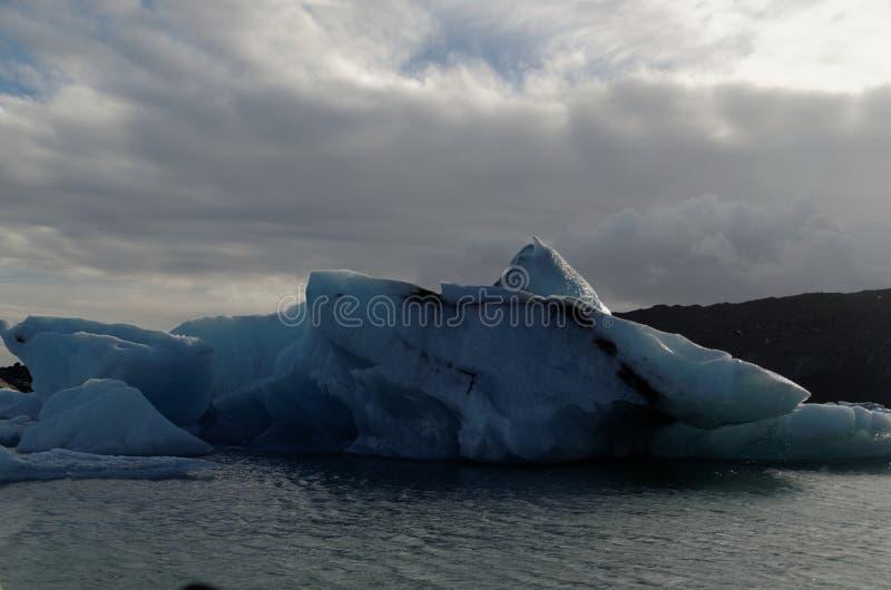 Iceburgs in einer Glazial- Lagune stockbilder
