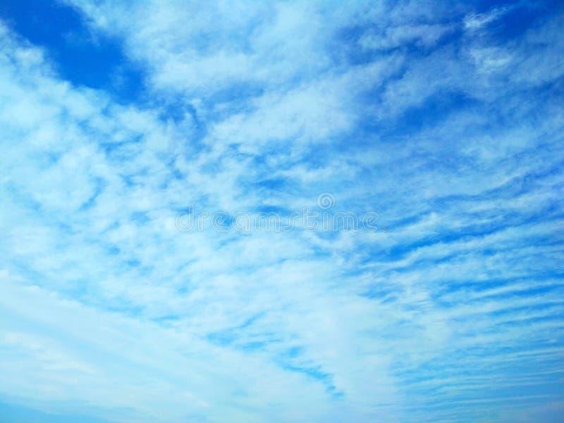 Icecrystal moln som drar modeller i himlen royaltyfri bild