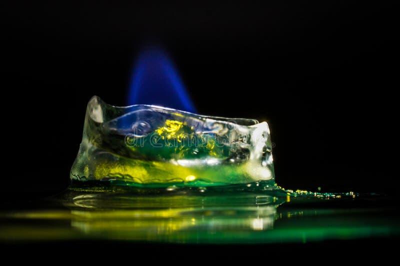 Icecube su fuoco - sciogliere il freddo fotografie stock libere da diritti