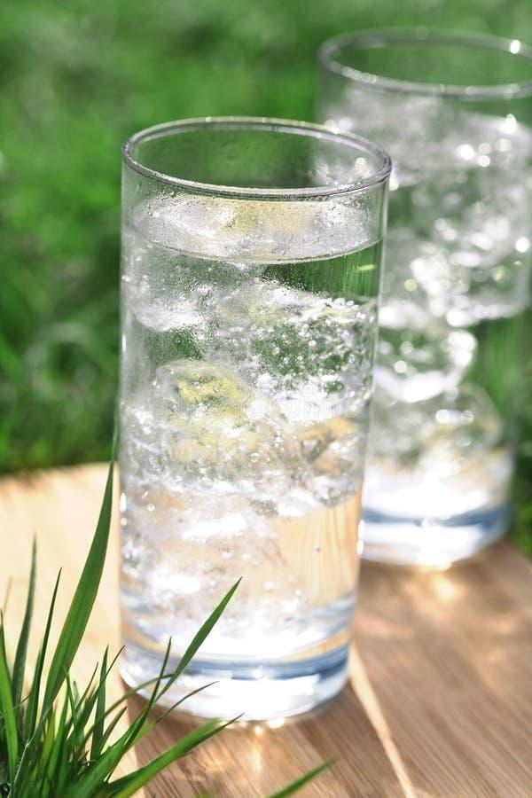icecubes błyskotliwa mineralna woda obrazy stock