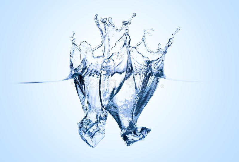 Icecubes que espirra na água imagens de stock royalty free