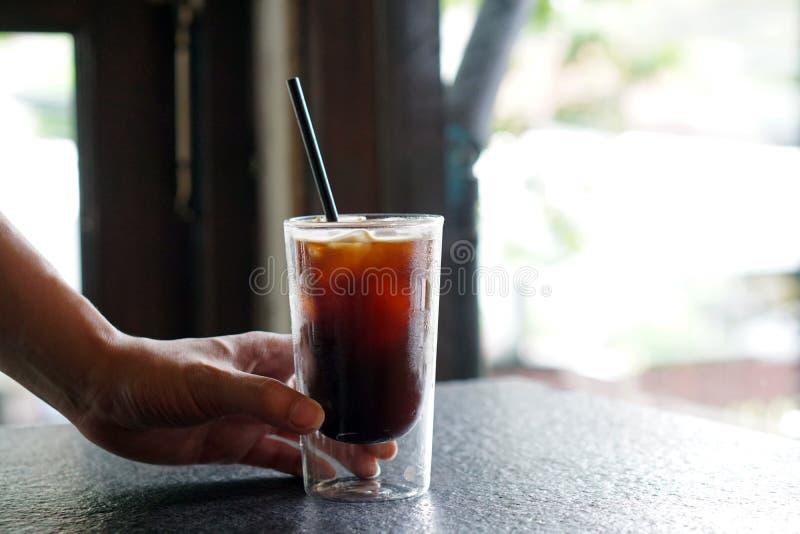 Iced Americano - Een glas zwarte koffie op tafel en kopieerruimte, Brewing espresso en vermengd met water stock afbeeldingen