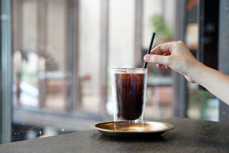 Iced Americano - Een glas zwarte koffie op tafel en kopieerruimte, Brewing espresso en vermengd met water royalty-vrije stock afbeelding