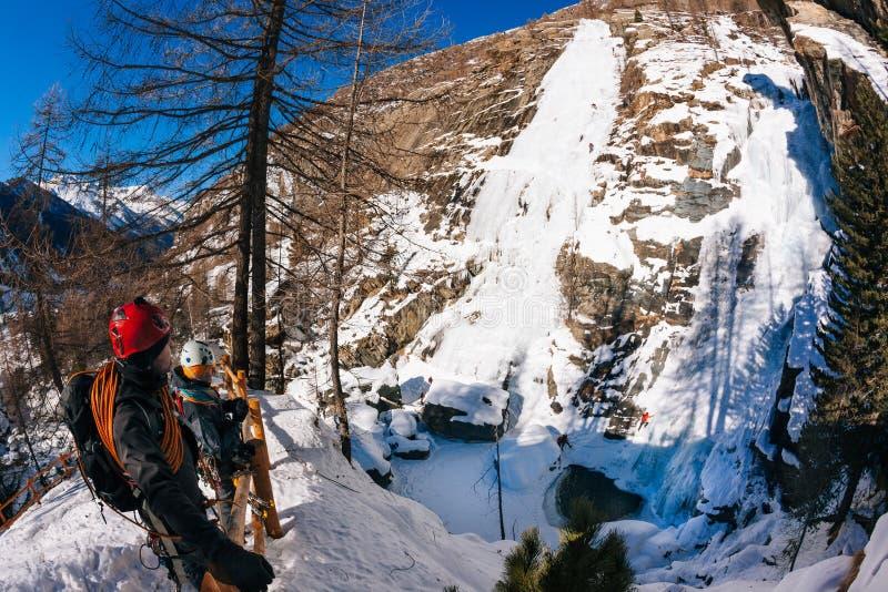 Icefall de Lillaz : paradis s'élevant de glace Concepts : sport extrême, photos libres de droits