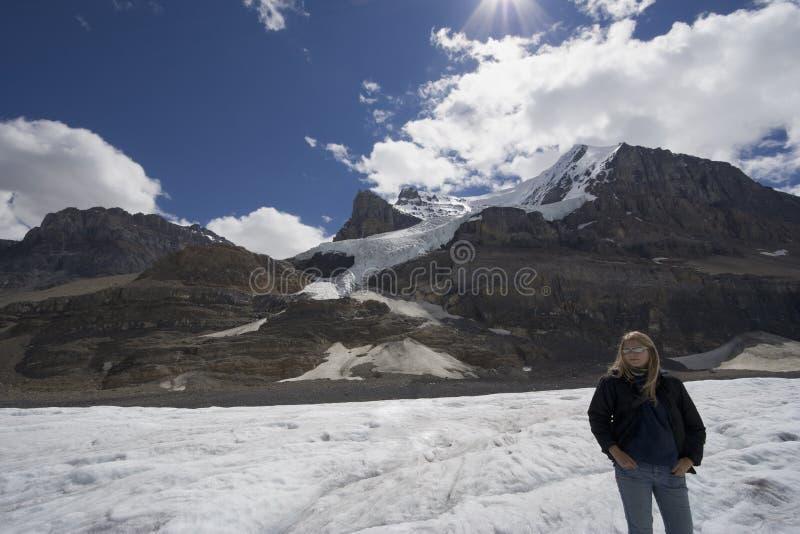 Icefield de Colombie avec le femme blond photo stock