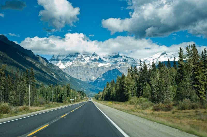 Icefieldbrede rijweg met mooi aangelegd landschap tussen Jaspis en Banff stock foto