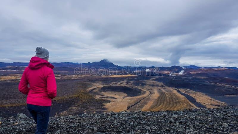 Iceland - dziewczyna podziwia geotermicznego region zdjęcie royalty free