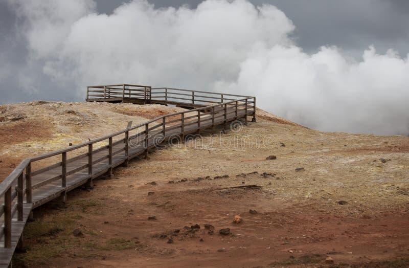 Iceland geotermiczna strefa Namafjall - teren w polu Hverir Kształtuje teren który baseny wrzący błoto i gorące wiosny zdjęcie stock
