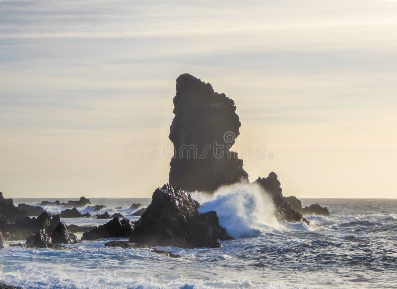 Iceland - rockowa formacja stiking z morza zdjęcie royalty free