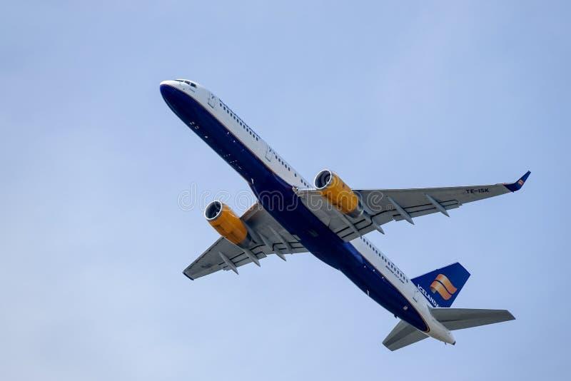 Icelandair, Boeing 757 -223 décollent en ciel bleu images libres de droits